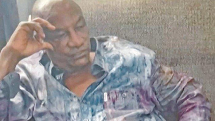 Tangkapan layar yang diambil dari rekaman yang dikirim ke AFP oleh sumber militer menunjukkan Presiden Guinea Conakry Alpha Conde ditangkap oleh pemberontak dalam kudeta di Conakry, Minggu (5/9/2021).
