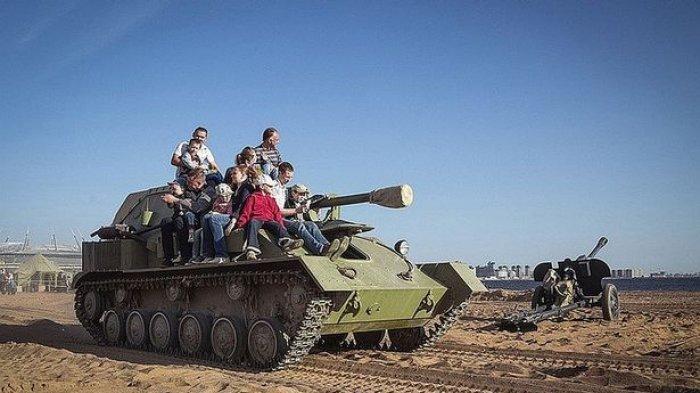 VIDEO - Detik-detik Tank Melindas Pria Dewasa dan Seorang Anak di Festival Militer, Mengerikan!