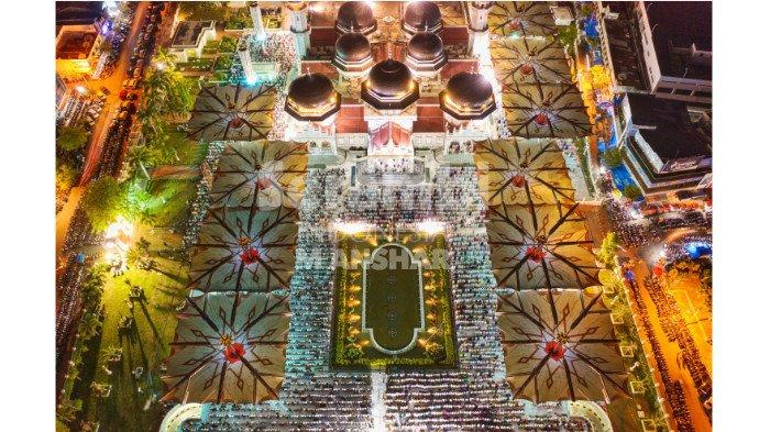 Syekh dari Gaza Imami Tarawih Malam Pertama, Jamaah Masjid Raya Membeludak sampai Shalat di Rumput