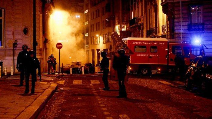 FOTO - Kerusuhan Suporter PSG, Bakar Mobil Hingga Tembakan Gas Air Mata Pasca-Final Liga Champions - tembakan-gas-air-mata.jpg