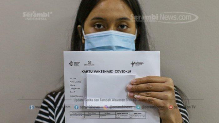 Tenaga kesehatan menunjukkan serifikat vaksinasi Covid-19 di RS Siloam Kebon Jeruk, Jakarta, Kamis (14/1/20210).