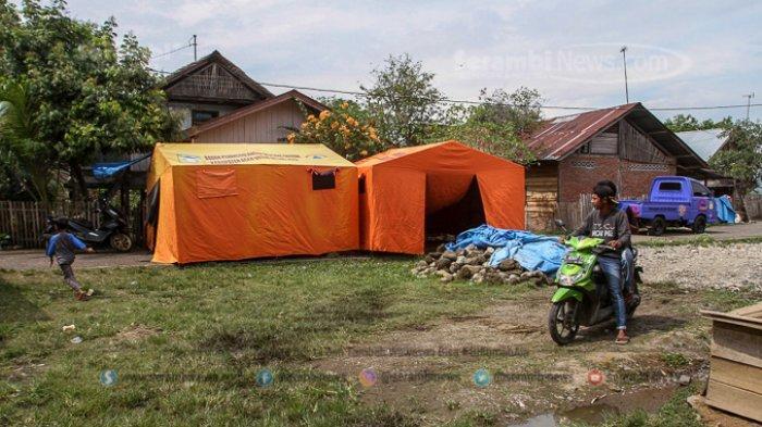 FOTO - Kondisi Terkini Fenomena Tanah Bergerak di Lamkleng Aceh Besar - tenda-darurat-didirikan.jpg