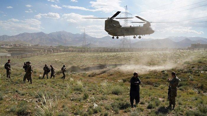 Helikopter Chinook yang  membawa Komandan AS dan NATO, Jenderal Scott Miller mendarat di halaman istana gubernur Provinsi Wardak, Afghanistan pada 6 Juni 2019.