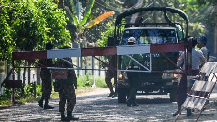 Tentara berjaga di pos pemeriksaan kompleks militer di Yangon pada 1 Februari 2021.