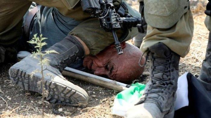 Mirip Kasus George Floyd, Tentara Israel Injak Leher Pria Lansia Palestina, Videonya Viral