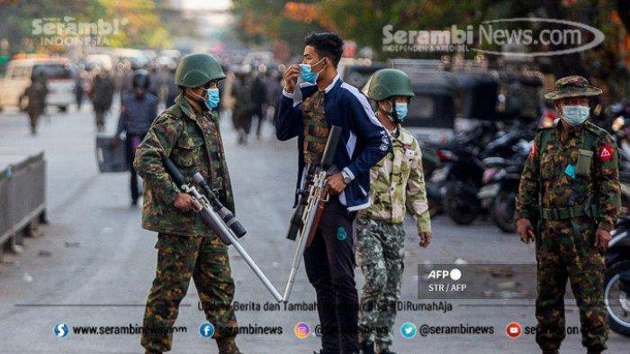 FOTO - Polisi Myanmar Pakai Ketapel Untuk Halau Massa, Militer Ancam 20 Tahun Penjara Bagi Pendemo - tentara-membawa-senjata-selama-bentrokan.jpg