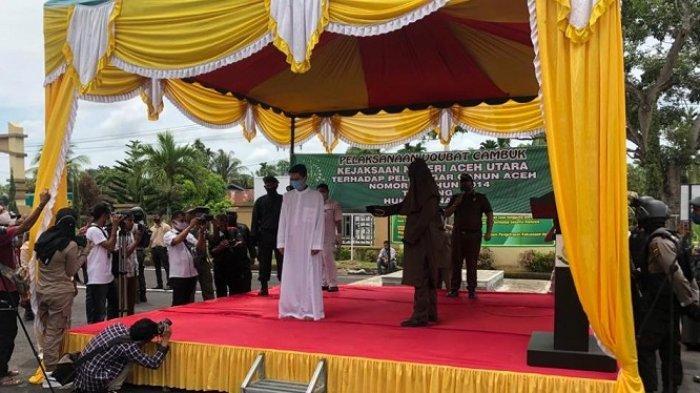 Terpidana menjalani hukuman cambuk di halaman Kantor Kejari Aceh Utara pada Selasa (16/9/2020)