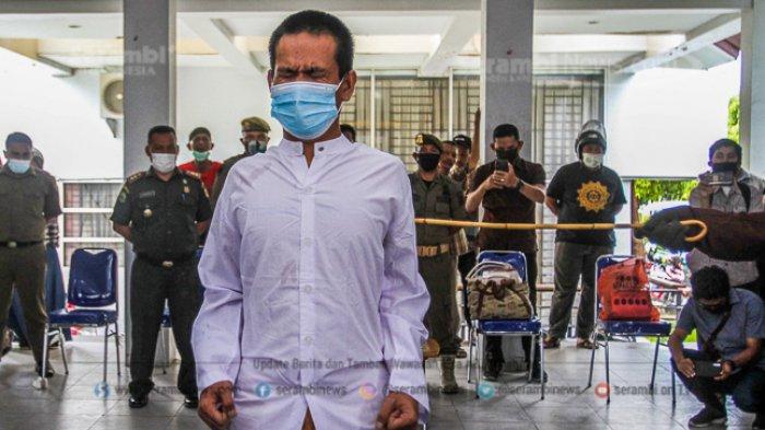 FOTO - Dua Lelaki Pasangan Liwath (Homoseksual) Dihukum 77 Kali Cambuk di Kota Banda Aceh - terpidana-pelanggar-hukum-syariat-islam-menjalani-hukuman-cambuk-1.jpg
