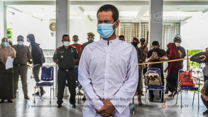 FOTO - Dua Lelaki Pasangan Liwath (Homoseksual) Dihukum 77 Kali Cambuk di Kota Banda Aceh - terpidana-pelanggar-hukum-syariat-islam-menjalani-hukuman-cambuk-2.jpg