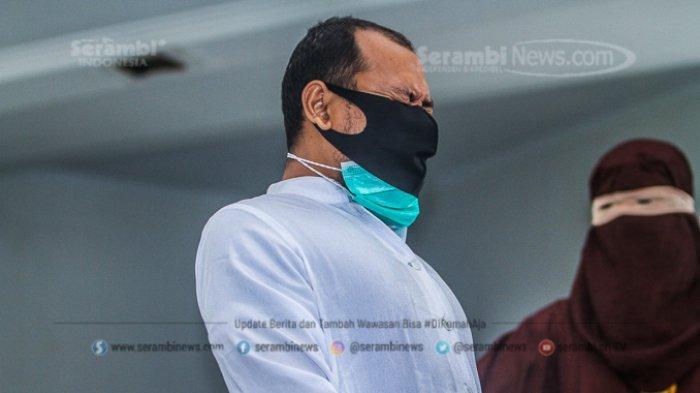 FOTO - Dua Lelaki Pasangan Liwath (Homoseksual) Dihukum 77 Kali Cambuk di Kota Banda Aceh - terpidana-pelanggar-hukum-syariat-islam-menjalani-hukuman-cambuk-3.jpg