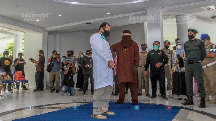 FOTO - Dua Lelaki Pasangan Liwath (Homoseksual) Dihukum 77 Kali Cambuk di Kota Banda Aceh - terpidana-pelanggar-hukum-syariat-islam-menjalani-hukuman-cambuk-5.jpg