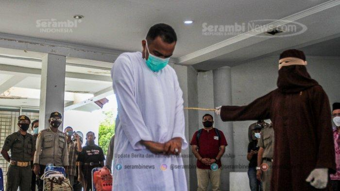 FOTO - Dua Lelaki Pasangan Liwath (Homoseksual) Dihukum 77 Kali Cambuk di Kota Banda Aceh - terpidana-pelanggar-hukum-syariat-islam-menjalani-hukuman-cambuk-6.jpg