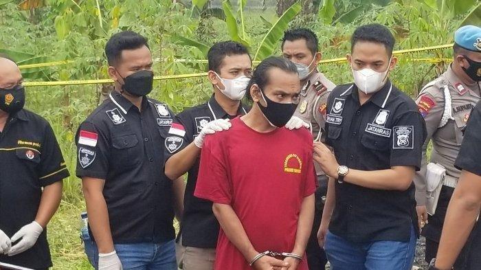 Tersangka UT (42) saat merekonstruksi perbuatan kejinya bersama DS (20) untuk mengakhiri nyawa SZ (19) di Desa Suradita, Kecamatan Cisauk, Kabupaten Tangerang, Selasa (13/7/2021).