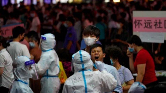 Gara-gara 20 Kasus Baru Virus Corona, China Lockdown Guangzhou, Petugas Swab Warga di Rumah