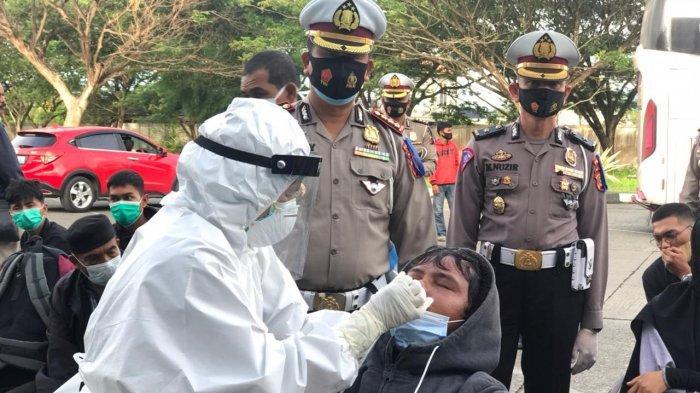 Ditlantas Polda Aceh Berikan Tes Antigen Kepada Seluruh Penumpang Bus Umum yang Tiba di Terminal