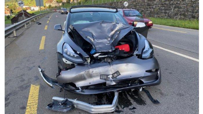 Mobil Listrik Tesla Model 3 Kecelakaan Parah Pemiliknya Sampaikan Terima Kasih Akan Beli Lagi Serambi Indonesia