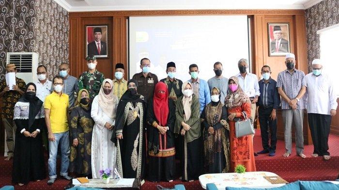Foto bersama ahli waris Letnan Kolonel (Purn) Teuku Abdul Hamid Azwar, Pocut Haslinda, bersama narasumber dan sejumlah peserta seusai seminar yang berlangsung di Dinas Sosial Aceh, Jumat (16/4/2021).