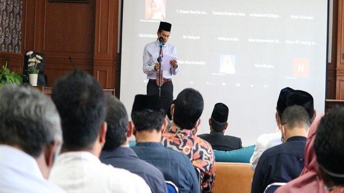 Kepala Dinas Sosial Aceh, Dr Yusrizal, menyampaikan sambutan dalam acara seminar pengusulan Letnan Kolonerl (Purn) Teuku Abdul Hamid Azwar sebagai pahlawan nasional.