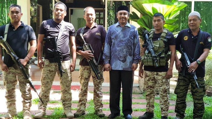 Tgk Muhammad Faisal, Pimpinan Dayah Darul Ihsan Abu Hasan Krueng Kalee, berfoto bersama pejuang Moro saat kunjungan ke Mindanao, Desember 2018.