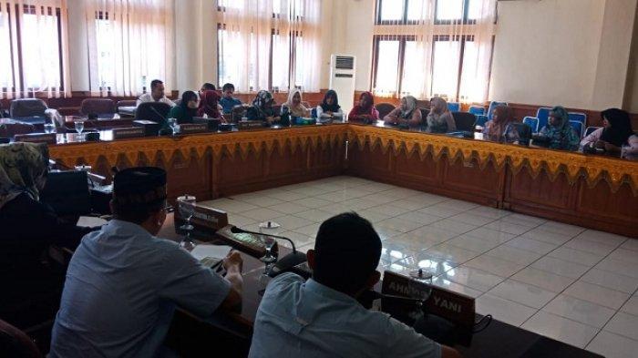 Puluhan THL di RSUD Cut Nyak Dhien Meulaboh Mengadu ke DPRK, Ini Keluhannya