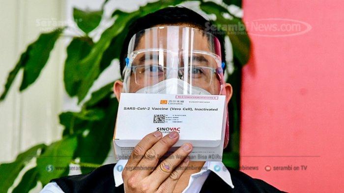 FOTO - Berkemeja Putih Lengan Pendek, Presiden Jokowi Disuntik Vaksin di Teras Istana Merdeka - tim-dokter-memperlihatkan-vaksin-sinovac.jpg
