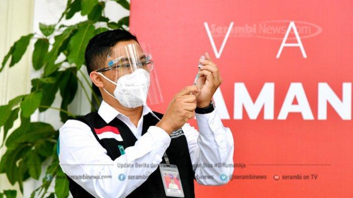 FOTO - Berkemeja Putih Lengan Pendek, Presiden Jokowi Disuntik Vaksin di Teras Istana Merdeka - tim-dokter-mempersiapkan-vaksin-sinovac.jpg