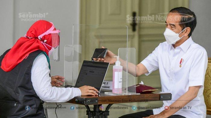 FOTO - Berkemeja Putih Lengan Pendek, Presiden Jokowi Disuntik Vaksin di Teras Istana Merdeka - tim-dokter-mengajukan-sejumlah-pertanyaan-seputar-riwayat-penyakit-jokowi-1.jpg