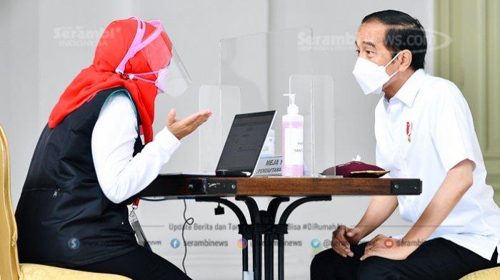 FOTO - Berkemeja Putih Lengan Pendek, Presiden Jokowi Disuntik Vaksin di Teras Istana Merdeka - tim-dokter-mengajukan-sejumlah-pertanyaan-seputar-riwayat-penyakit-jokowi.jpg