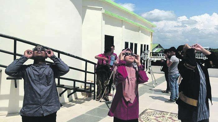 Tim Falak bersama media melakukan pengamatan gerhana matahari di atas gedung observatorium IAIN Lhokseumawe, Buket Rata, siang kemarin.
