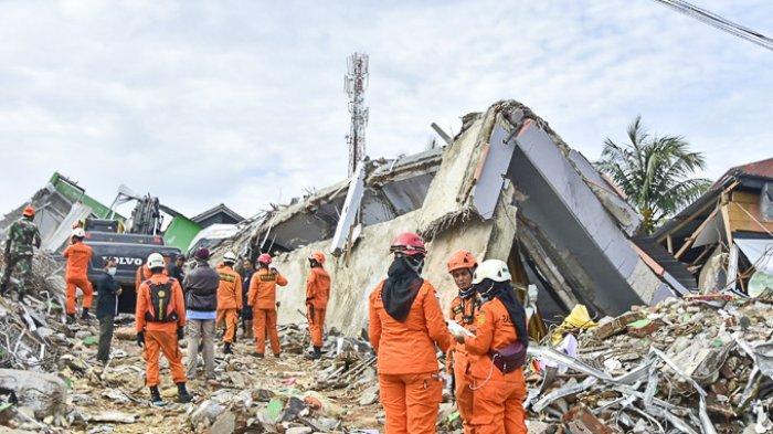 FOTO - Kondisi Kerusakan Akibat Gempa 6,2 SR di Sulawesi, Korban Meninggal Mencapai 56 Orang - tim-penyelamat-mencari-korban-di-lokasi-reruntuhan-gedung.jpg