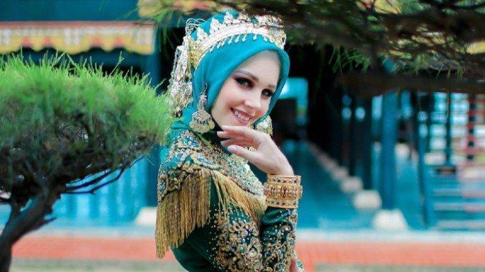 Intip 10 Potret Kecantikan Wanita Prancis yang Menikah dengan Pria Aceh dalam Balutan Busana Muslim
