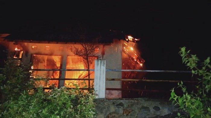TK Bunga Harapan di Seulimuem Terbakar, Api Diduga dari Arus Pendek