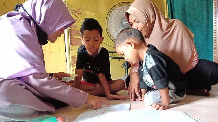 Murid tak Punya Smartphone, Guru TK Ruman Aceh Antar Bahan Ajar ke Rumah