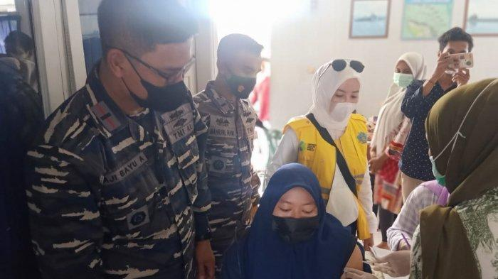 TNI AL Lanal Lhokseumawe Danposmat Langsa Patroli Laut Jemput Nelayan Ikuti Serbuan Vaksin Covid-19