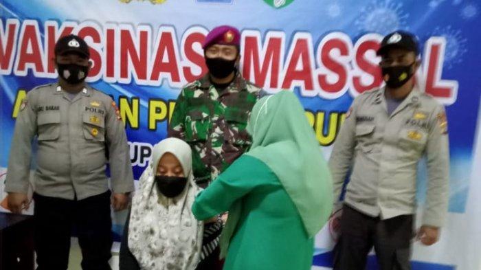 TNI AL Meureudu Vaksin 80 Warga dan Kapolsek Hadiahi Alquran