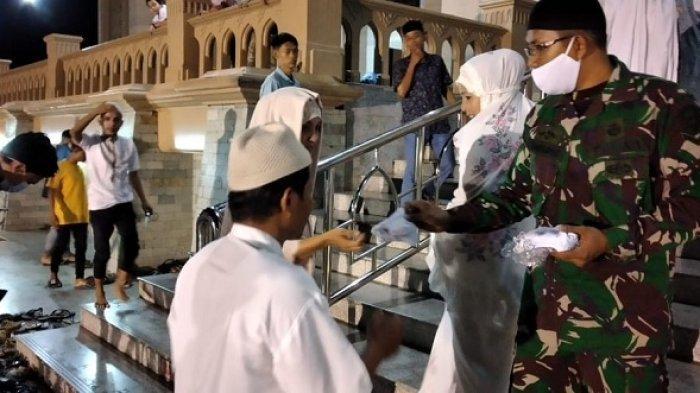 Personel Kodim Aceh Utara Bagi-bagi Masker Gratis untuk Jamaah Shalat Tarawih