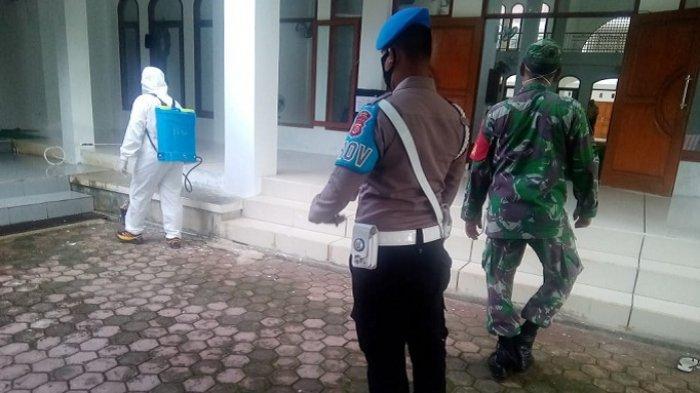 Peduli Lingkungan, TNI dan Polri Bersinergi Membersihkan Halaman Masjid Jabal Rahman