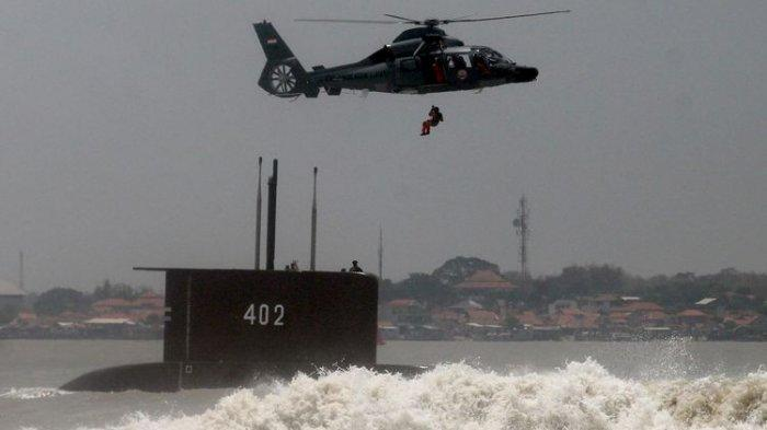 Seorang anggota Tentara Nasional Indonesia (TNI) melakukan fast rope di atas kapal selam KRI Nanggala-402 saat peringatan HUT ke-69 TNI yang digelar di Dermaga Ujung, Koarmatim, Surabaya, Jawa Timur, Selasa (7/10/2014).