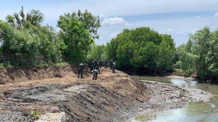Puluhan TNI Bersihkan Saluran Tambak, Pembukaan TMMD Ke-112 di Lhokseumawe