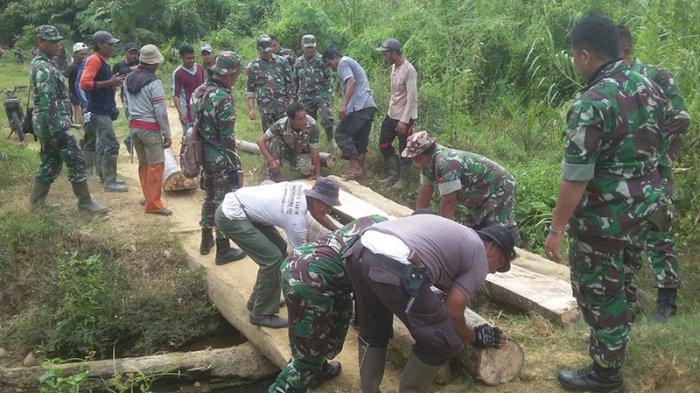 Tentara, Polisi, dan Warga Aceh Utara Perbaiki Jembatan Menuju Makam Cut Meutia