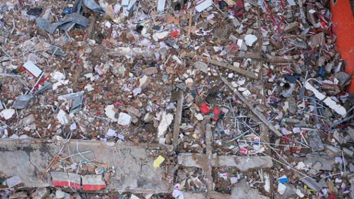 FOTO - Kondisi Kerusakan Akibat Gempa 6,2 SR di Sulawesi, Korban Meninggal Mencapai 56 Orang - toko-yang-rusak-akibat-gempa-berkekuatan-62-di-mamuju.jpg