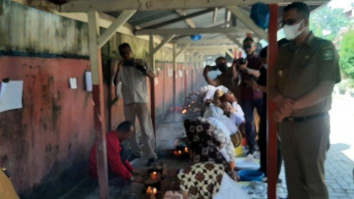 Siswa Berjibaku Dengan Asap Saat Tot Apam Massal di Pidie