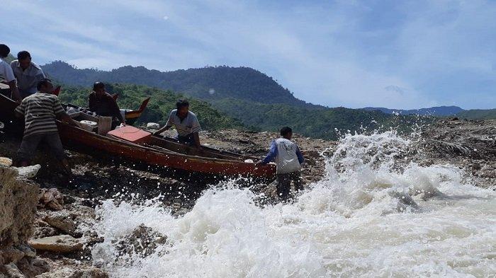 Boat Rusak Akibat Hantaman Ombak, Nelayan Lhok Pawoh Minta Dibangun Tempat Pendaratan yang Layak