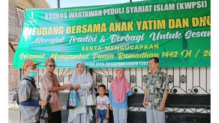 Pembina Kaukus Wartawan Peduli Syariat Islam (KWPSI), Tarmizi A Hamid (dua dari kiri) didampingi Ketua Panitia Munawardi Ismail (kiri) dalam acara meugang bersama menyambut bulan Suci Ramadhan 1442 Hijriah dan merawat tradisi masyarakat Aceh, Minggu (11/4/2021)