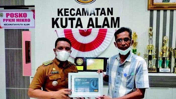 Reza Kamilin, S.STP, (kiri) menerima Tribun Family Card (TFC)