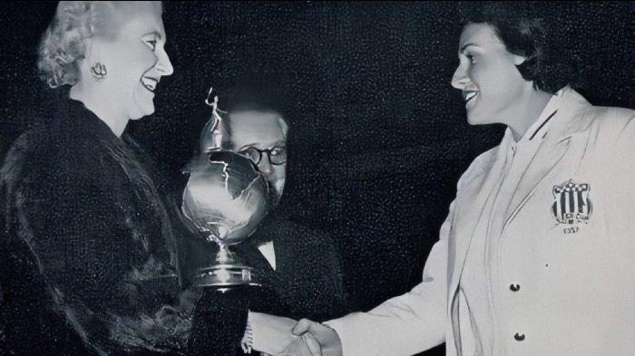 Margaret Varner (kanan) dari tim Amerika Serikat menerima trofi Piala Uber pertama tahun 1957.