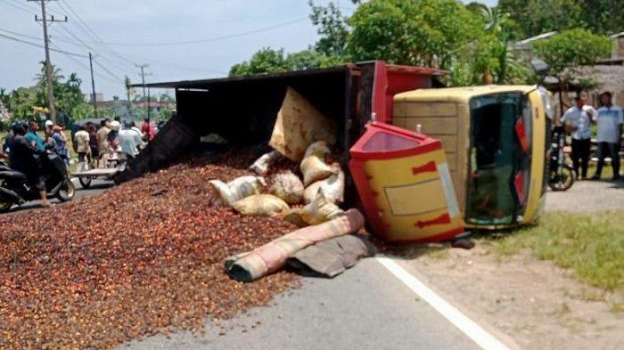 Laka Lantas di Jalan Nasional Kawasan Labuhan Haji Barat Aceh Selatan, Truk Bermuatan Sawit Terbalik