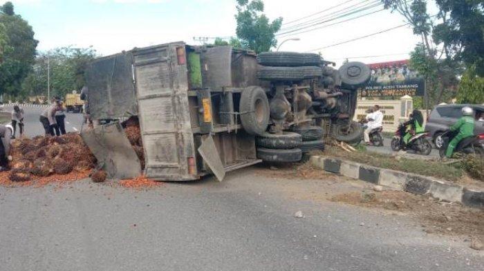 Truk Terguling, Jalan di Depan Mapolres Aceh Tamiang Dipenuhi Tumpukan Sawit, Begini Kronologisnya