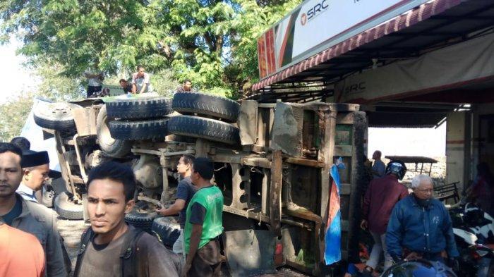 Truk Interkuler Terbalik di Simpang Jantho, Tiga Terluka Termasuk yang Sedang Ngopi