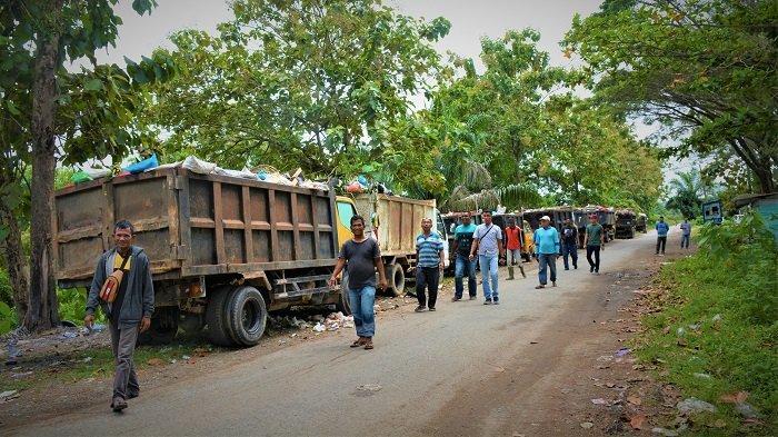 Puluhan Pekerja Truk Angkut Sampah di Meulaboh Mogok Kerja